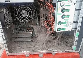 Zakurzone wnętrze komputera