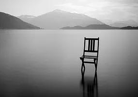 Krzesło nazamarzniętej tafli jeziora